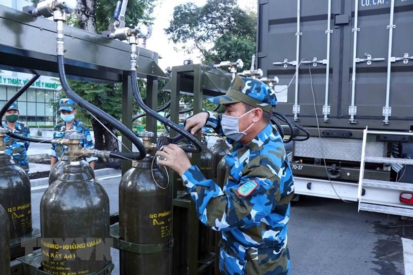 Các chiến sỹ quân khí Phòng không-Không quân đảm nhiệm vận hành trạm sản xuất oxy lưu động.(Ảnh: Xuân Khu/TTXVN)
