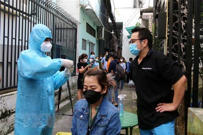 Sở Y tế Thành phố Hồ Chí Minh tổ chức hướng dẫn cho người dân tự lấy mẫu xét nghiệmCOVID-19bằng test nhanh kháng nguyên virus SARS-CoV-2 tại hẻm 466 đường Lê Văn Sỹ, phường 14, Quận 3. (Ảnh: Thanh Vũ/TTXVN)