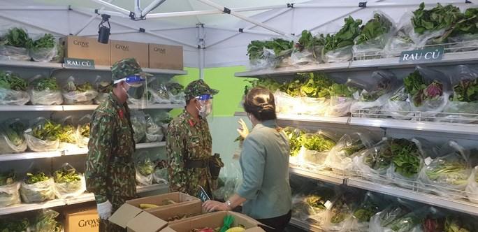 Lực lượng quân đội đi chợ hộ cho người dân trong phường Cô Giang