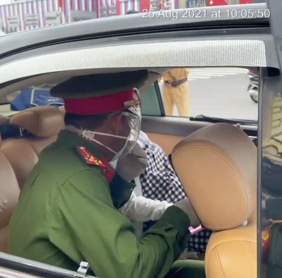 Tổ công tác Kiểm tra Điều lệnh của Công an TPHCM cùng lực lượng tại chốt đã nhanh chóng đưa chị Lệlên ô tô để tới bệnh viện kịp thời