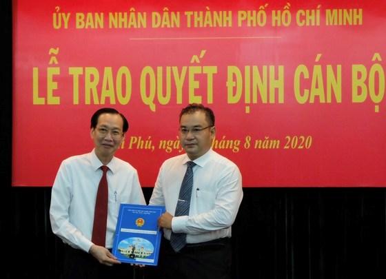 Đồng chí Lê Thanh Liêm trao quyết định cho đồng chí Nguyễn Quốc Bình