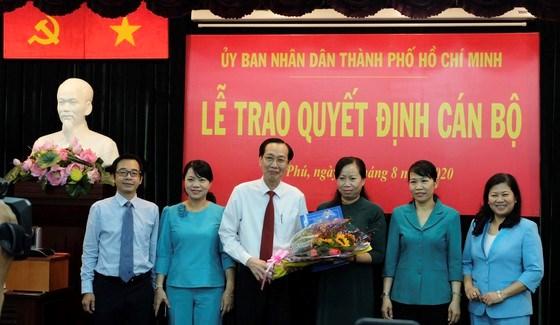 Đồng chí Lê Thanh Liêm trao quyết định cho đồng chí Trịnh Thị Mai Trinh