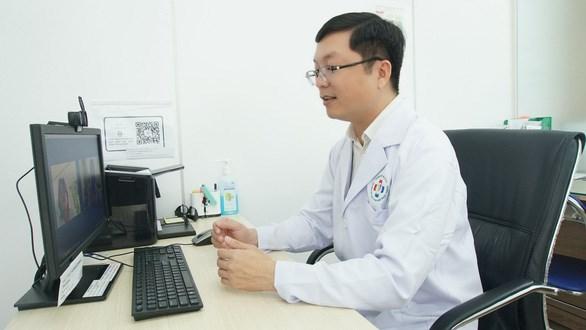Bác sĩ của Trường ĐH Y khoa Phạm Ngọc Thạch đang tư vấn cho F0 tại nhà