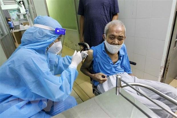 Các y bác sỹ bệnh viện Phú Nhuận thực hiện tiêm vaccine cho người trên 65 tuổi, người có bệnh nền tại Trung tâm y tế phường 11, quận Phú Nhuận