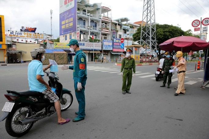 Tại chốt kiểm soát trên đường Kinh Dương Vương (quận 6) không xảy ra tình trạng ùn ứ khi áp dụng khai báo di chuyển nội địa.