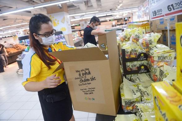 Nhân viên siêu thị Tops Market Thảo Điền (TP Thủ Đức) soạn combo hàng để giao cho địa phương