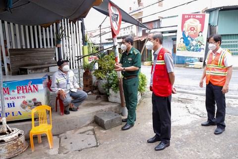 Đoàn công tác nắm tình hình tại một chốt bảo vệ vùng xanh của xã Long Hòa