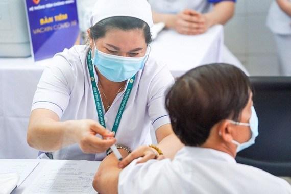 Nhân viên y tế tiêm vaccine cho người dân
