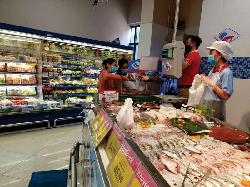 Saigon Co.op đã thay thế 100% túi nylon khó phân hủy sinh học bằng túi nylon thân thiện với môi trường. Ảnh: CHÂU NGUYÊN