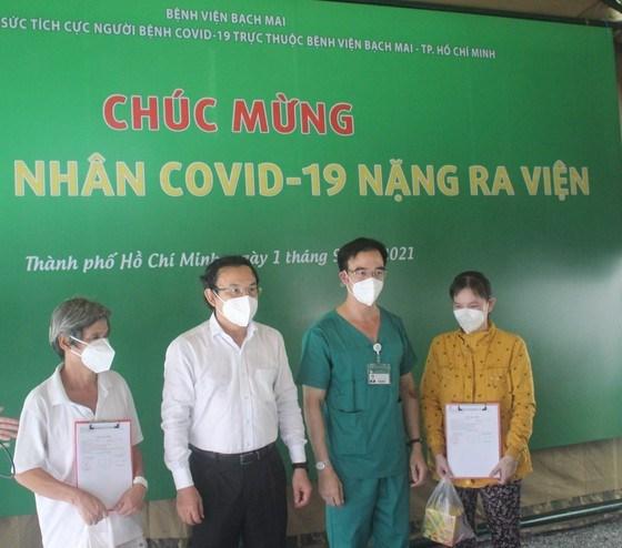 Bí thư Thành ủy TPHCM Nguyễn Văn Nên chúc mừng những người khỏi bệnh xuất viện