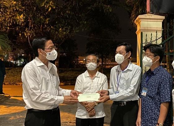 Đồng chí Phan Văn Mãi động viên lực lượng phòng chống dịch phường 15, quận 8