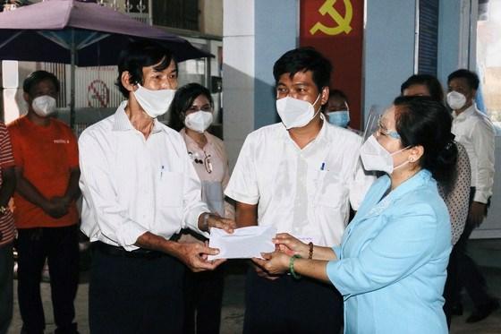 Chủ tịch HĐND TPHCM Nguyễn Thị Lệ thăm hỏi, động viên cán bộ cơ sở tại phường Võ Thị Sáu, quận 3. Ảnh: LONG HỒ