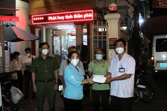Chủ tịch HĐND TPHCM Nguyễn Thị Lệ thăm hỏi, động viên cán bộ cơ sở tại phường 5, quận 3. Ảnh LONG HỒ