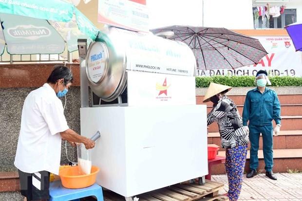 Triển khai cây ATM gạo 0 đồng hỗ trợ người dân nghèo, khó khăn do dịch bệnh. (Ảnh: TTXVN)