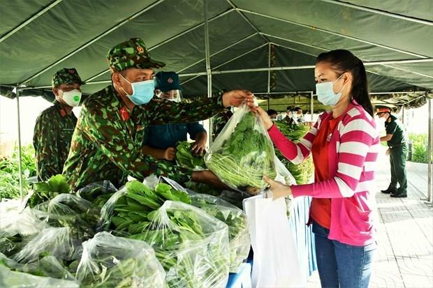 Gian hàng 0 đồng của lực lượng vũ trang Quân khu 7 hỗ trợ người dân nghèo, khó khăn do dịch bệnh. (Ảnh: TTXVN)