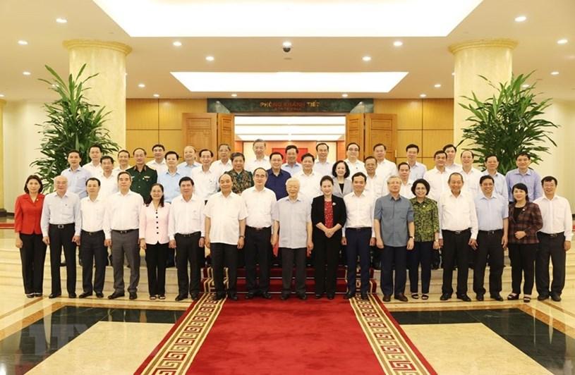 Tổng Bí thư, Chủ tịch nước Nguyễn Phú Trọng và các đồng chí Bộ Chính trị chụp ảnh chung với Ban Thường vụ Thành ủy Thành phố Hồ Chí Minh.(Ảnh: Trí Dũng/TTXVN)