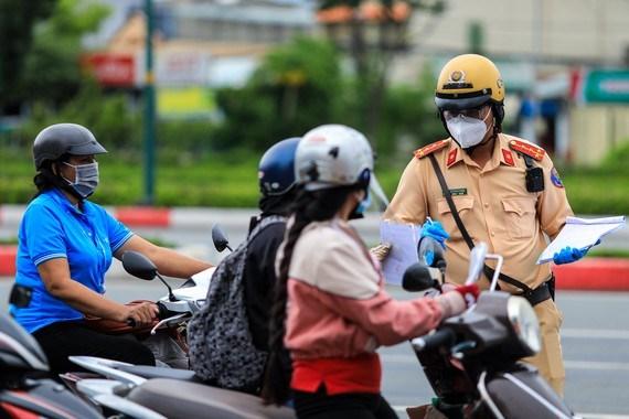 CSGT TPHCM kiểm tra người dân tham gia lưu thông trên đường. Ảnh: CHÍ THẠCH