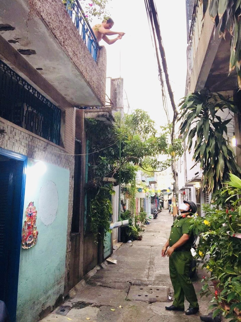 Công an phường Nguyễn Cư Trinh, quận 1, TP.HCM chuyển sách đến nhà cho học sinh ngày 6-9 - Ảnh: T.G
