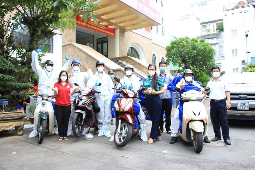 Đội hình SOS Trung tâm an sinh chuyển nhu yếu phẩm đến người dân khó khăn. Nguồn: Báo Thanh Niên