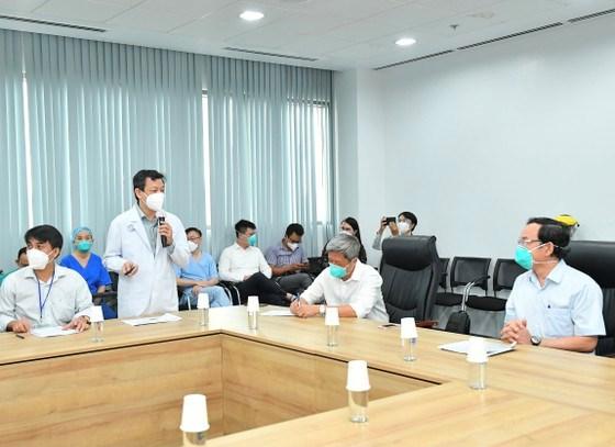 Giám đốc Bệnh viện Hồi sức Covid-19 Nguyễn Tri Thức phát biểu về tình hình hoạt động của bệnh viện. Ảnh: VIỆT DŨNG