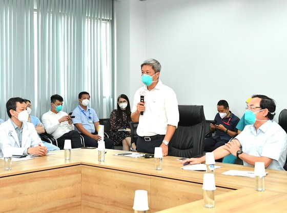 Thứ trưởng Bộ Y tế Nguyễn Trường Sơn phát biểu tại buổi làm việc với Bệnh viện Hồi sức Covid-19 . Ảnh: VIỆT DŨNG