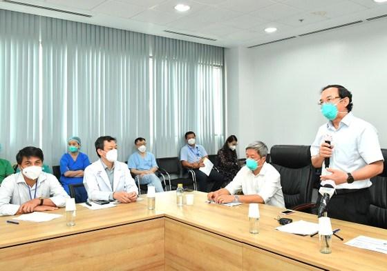 Bí thư Thành ủy TPHCM Nguyễn Văn Nên phát biểu trong buổi thăm và làm việc với Bệnh viện Hồi sức Covid-19. Ảnh: VIỆT DŨNG