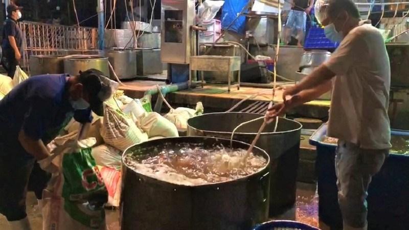 Hoạt động của thương nhân ngành thủy hải sản tại trạm trung chuyển chợ Bình Điền đêm 7-9. ẢNH: MS