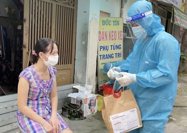 Bác sỹ Lê Thị Bảo Yến, Trưởng Trạm y tế lưu động số 1, kiểm tra các loại thuốc phục vụ cho người mắc COVID-19 tại Trạm y tế lưu động số 1 (phường 11, Quận 3). (Ảnh: Thanh Vũ/TTXVN)