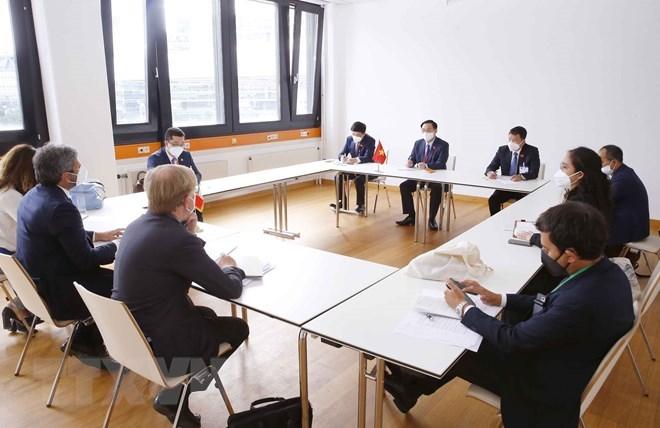 Chủ tịch Quốc hội Vương Đình Huệ hội kiến Chủ tịch Hạ viện Italy Roberto Fico.(Ảnh: Doãn Tấn/TTXVN)