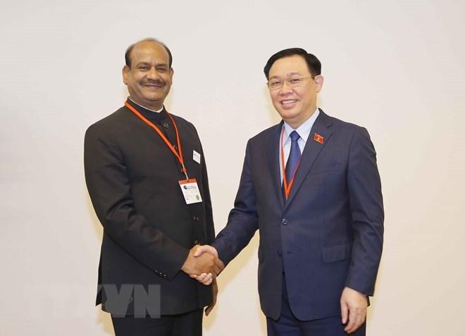 Chủ tịch Quốc hội Vương Đình Huệ tặng quà lưu niệm Chủ tịch Hạ viện Ấn Độ Om Birla.(Ảnh: Doãn Tấn/TTXVN)