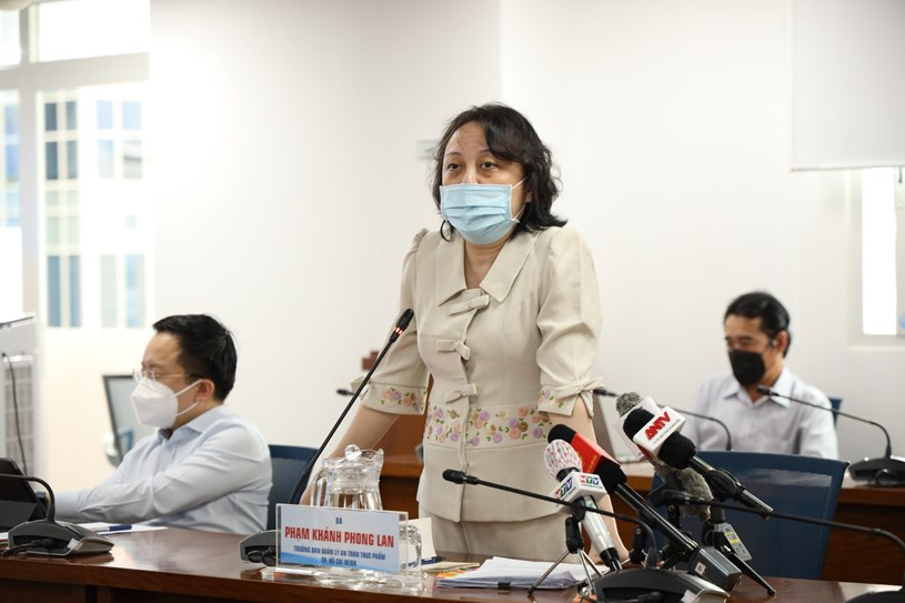 Trưởng Ban quản lý An toàn thực phẩm TP Phạm Khánh Phong Lan phát biểu tại họp báo. Ảnh: Huyền Mai