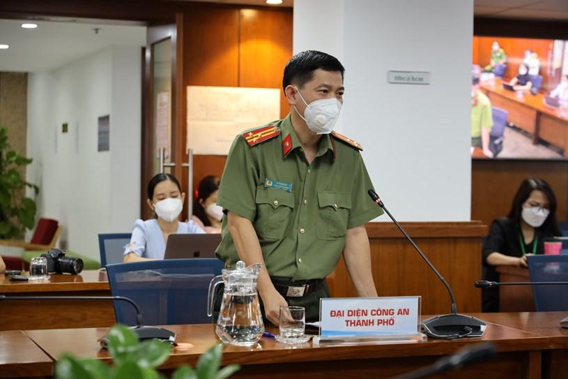 Phó Trưởng phòng Tham mưu Công an TP, Thượng tá Lê Mạnh Hà trả lời câu hỏi của báo chí. Ảnh: Huyền Mai