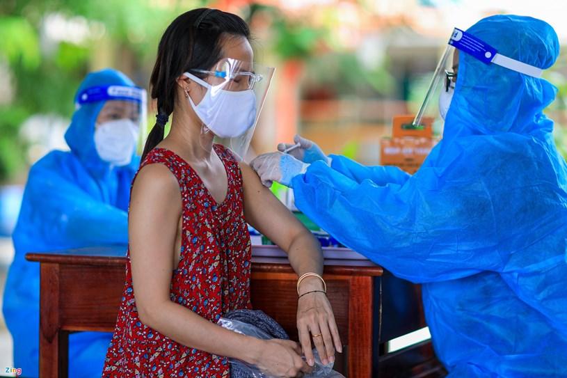 Một số ít người dân tiêm mũi 1 là vaccine Moderna được nhân viên y tế tư vấn tiêm vaccine mũi 2 là Pfizer. Những người được tiêm Astra Zeneca và Vero Cell sẽ được tiêm cùng loại vaccine.