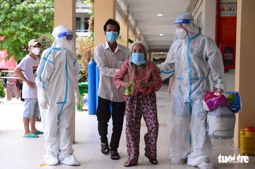Các F0 đã khỏi bệnh đón một bệnh nhân lớn tuổi nhập viện
