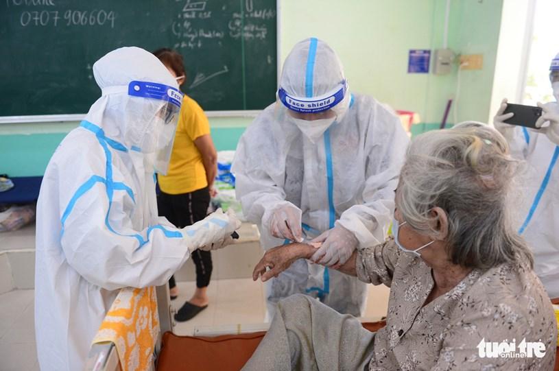 Tình nguyện viên hỗ trợ chăm sóc bệnh nhân lớn tuổi