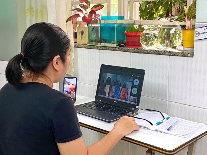 Giáo viên TPHCM trong một tiết dạy trực tuyến