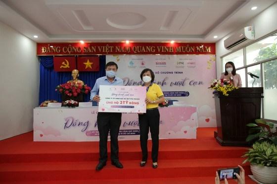 Tổng Biên tập Báo SGGP Tăng Hữu Phong nhận bảng tượng trưng số tiền 3 tỷ đồng ủng hộ chương trình từ bà Cao Thị Ngọc Dung, Chủ tịch Hội đồng quản trị Công ty Cổ phần Vàng bạc Đá quý Phú Nhuận (PNJ). Ảnh: DŨNG PHƯƠNG