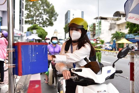 Quét mã QR qua camera khi qua chốt tại đường Phan Đăng Lưu (quận Bình Thạnh, TP.HCM) vào ngày 8-9 - Ảnh: NGỌC PHƯỢNG