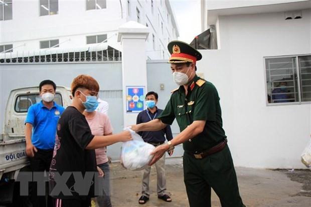 Tặng quà cho lao động nghèo, gặp khó khăn do ảnh hưởng dịch bệnh COVID-19 tại phường Hiệp Thành, quận 12. (Ảnh: Xuân Khu/TTXVN)