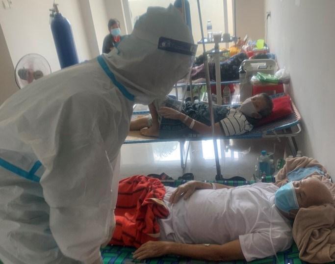 Tình nguyện viên Nguyễn Phi Khánh sau khi điều trị khỏi Covid-19 đã quay lại Bệnh viện dã chiến thu dung điều trị Covid-19 số 3 tham gia hỗ trợ, chăm sóc F0.