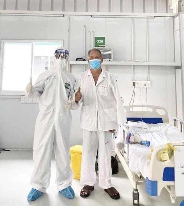 Bệnh nhân P.Đ.T ra viện sau hơn 20 ngày giành giật sự sống từ lưỡi hái tử thần. (Ảnh: TTXVN phát)
