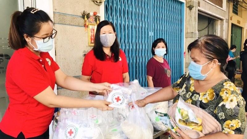 Người dân phường 5, Quận 6 tham gia Phiên chợ nhân ái - Siêu thị nghĩa tình tại hẻm 203 Phan Văn Khỏe. Ảnh:  hcmcpv.org.vn