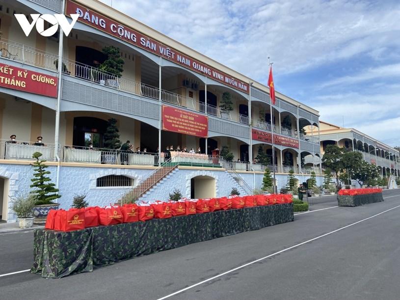 Bộ Quốc phòng đã bàn giao số quà trên cho TPHCM