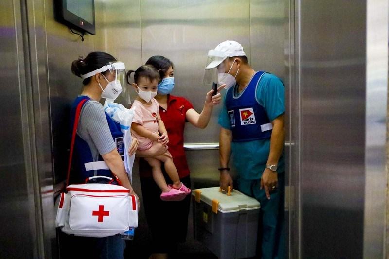 Mỗi ngày, 3 đội sẽ chia ra đến thăm khám từng hộ dân theo danh sách đăng ký và sàng lọc ưu tiên của bệnh viện. Trong đó gồm 1 đội chuyên chăm sóc sản phụ khoa, đội còn lại chăm sóc người có bệnh nền và người cao tuổi.