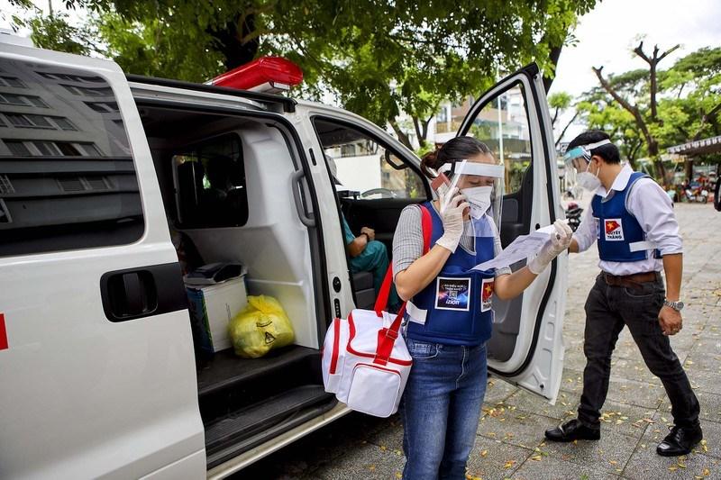 Mỗi đội thăm khám tại nhà sẽ có 1 tài xế, 1 bác sĩ và 2 điều dưỡng. Chị Hồ Ngọc Loan - Thư ký đoàn tiếp tục kiểm tra danh sách để đến các hộ khác thăm khám.Trước khi di chuyển đến mỗi địa chỉ, nhân viên y tế sẽ liên lạc với bệnh nhân trước 15 phút.