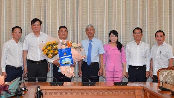 Phó Chủ tịch UBND TPHCM Võ Văn Hoan và các đồng chí lãnh đạo sở Xây Dựng chúc mừng đồng chí Đặng Phú Thành. Ảnh: VIỆT DŨNG