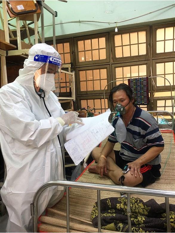 Các bác sĩ Bệnh viện dã chiến huyện Bình Chánh đang chăm sóc và điều trị cho bệnh nhân COVID-19 - Ảnh: THU HIẾN