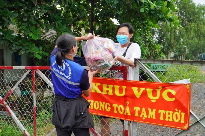 Trung tâm An sinh TP HCM tặng quà hỗ trợ người dân gặp khó khăn do ảnh hưởng của dịch Covid-19. Ảnh: NGUYỄN PHAN