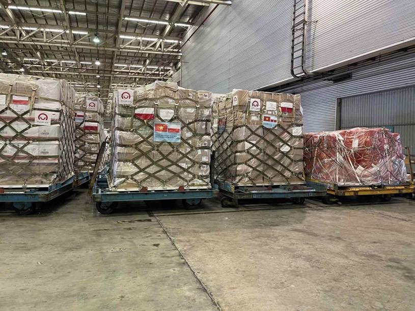 Lô hàng trang thiết bị y tế do Chính phủ Ba Lan viện trợ nặng 8 tấn, trị giá gần 84 tỷ đồng.