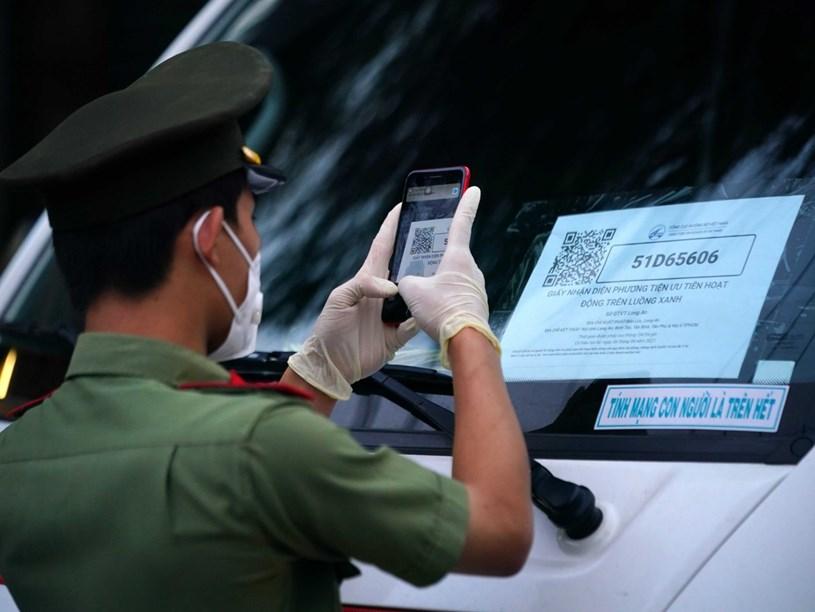Cơ quan chức năng tại TP.HCM kiểm tra luồng xanh của phương tiện. Ảnh: ĐỘC LẬP